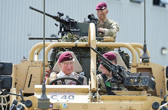 Princ Charles si troufne i na vojenskou techniku.