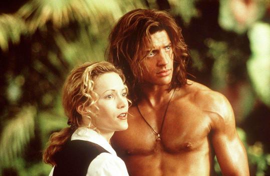 Leslie Mann a Brandon Fraser jako Uršula a George ve filmu Král džungle (1997)