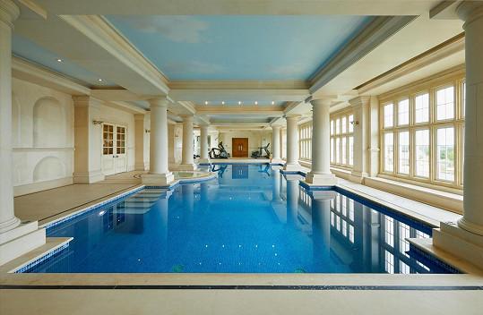 V deštivých dnech trávili čas i ve vnitřním bazénu, který je součástí usedlosti.