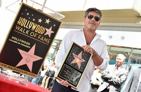 Amanda podpořila kolegu Cowella, který odhaloval hvězdu na chodníku slávy.