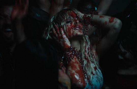 Ve videu je i několik krvavých záběrů.