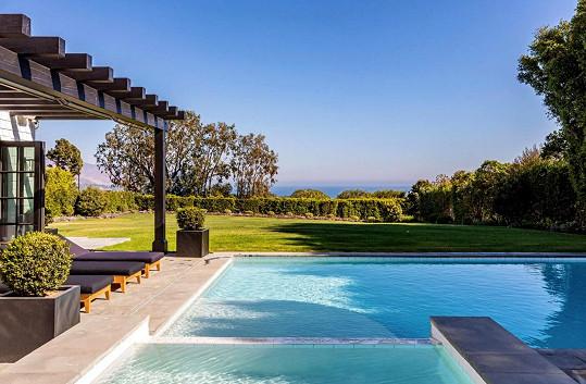 Z bazénu je velmi příjemný výhled.