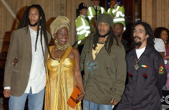 Rita se synem Stephenem a Marleyho nemanželskými syny, zleva: Julian Marley, Rita, Stephen Marley, Damian Marley