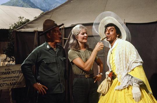 Jamie Farr (vpravo), Harry Morgan a Lorreta Swit v seriálu M*A*S*H