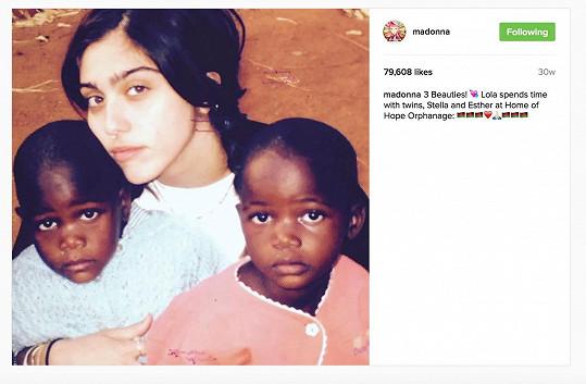 Zpěvačka už před půlrokem sdílela tuto fotografii, na které se ke Stelle a Esther tulí její dcera Lourdes.