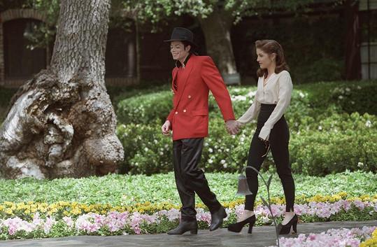 Michael Jackson na svém Neverlandu s Lisou Marií Presley v roce 1995