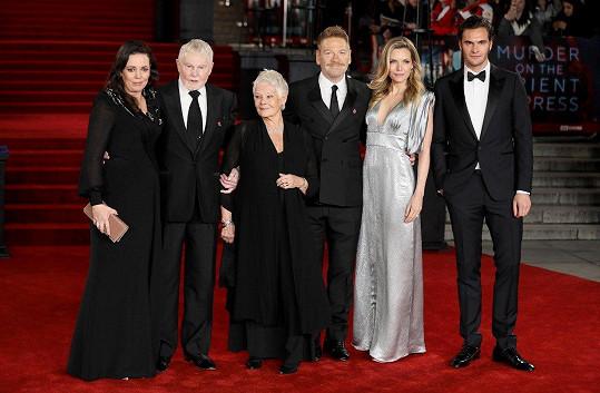 Režisér filmu Vražda v Orient expresu a představitel hlavní role Kenneth Branagh (třetí zprava) s hrstkou hvězdného obsazení.