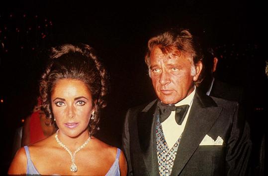 Elizabeth Taylor milovala šperky, podle nich také sestavovala své outfity. Na snímku s Richardem Burtonem na Oscarech v roce 1970.