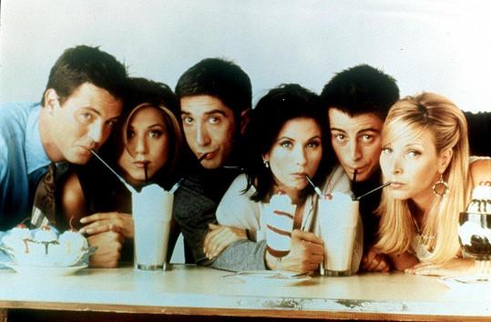 David Schwimmer jako Ross (třetí zleva) s kolegy ze seriálu Přátelé