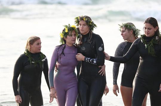 Ellidy (uprostřed) při rozloučení s životním partnerem Alexem, který zahynul při výletu na moře, na které se vydal sám.
