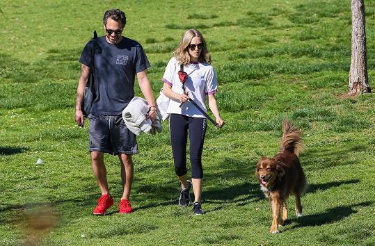 Amanda s Thomasem a jejím psem Finnem na procházce