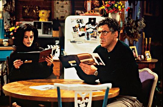 Elliott Gould v seriálu Přátelé, kde hrál tatínka Moniky a Rosse.