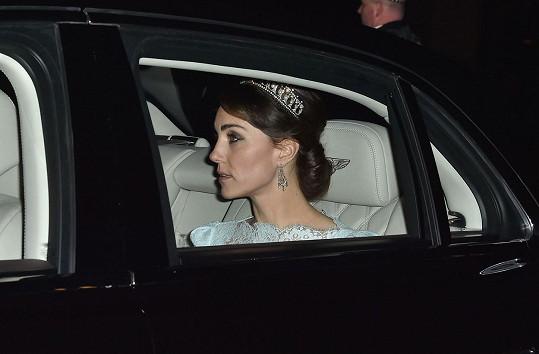 Vévodkyni Kate korunku propůjčila královna Alžběta II.