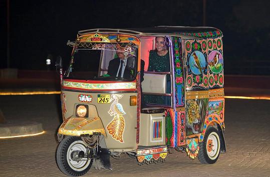 Kate a William dorazili na recepci v Národním památníku v Islámábádu v rikše.