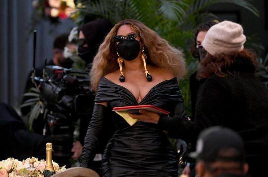 I se zakrytým obličejem byla nepřehlédnutelná.