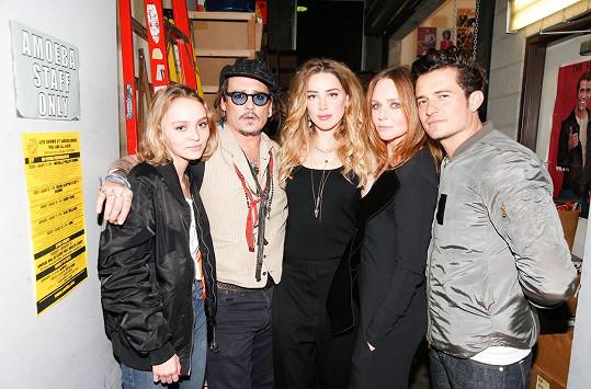 Lily-Rose s otcem Johnnym Deppem, nevlastní matkou Amber Heard, návrhářkou Stellou McCartney a hercem Orlandem Bloomem