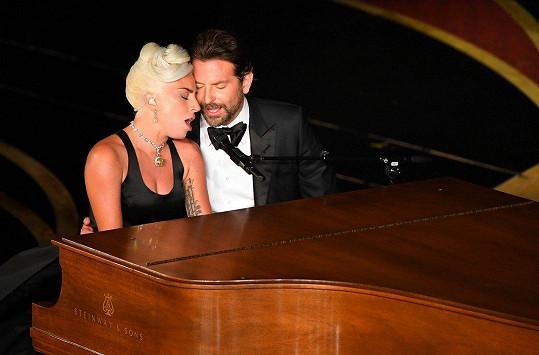 Lady Gaga a Bradley Cooper vystoupili na Oscarech s písní Shallow.