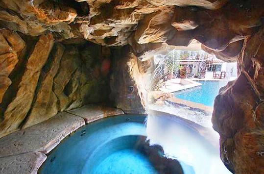 Součástí prodeje jsou kromě venkovního bazénu i lázně.