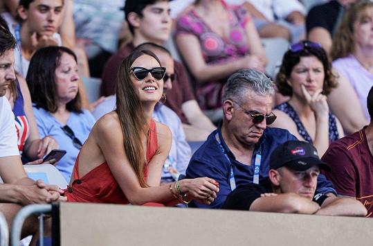 Na zápas si oblékla letní šaty bez podprsenky.