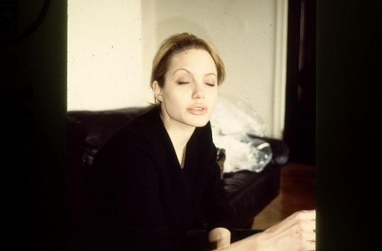 Angelina Jolie do bytu dealera chodila údajně dvakrát až třikrát týdně.