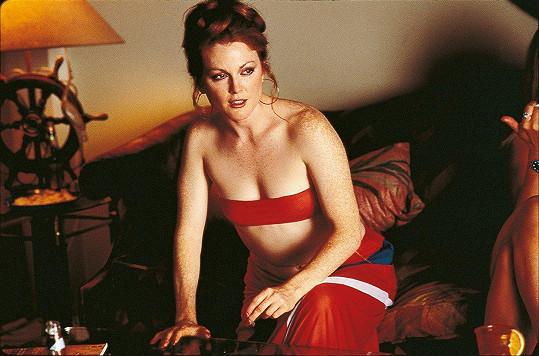 Julianne Moore bez retuše ve filmu Hříšné noci (1997)