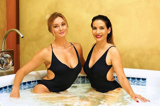 Bára s Evou ukazovaly fotografům sexy pózy.