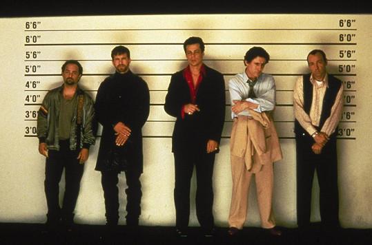 """Tato scéna z filmu Obvyklí podezřelí měla být vážná, Benicio del Toro (uprostřed) ji ale """"proprděl"""", a tak se vyvrbila úplně jinak."""