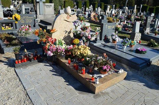 Na hrob Muka fanoušci pravidelně nosí květiny.
