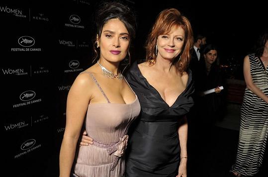 Obě herečky zvolily odvážné dekolty.