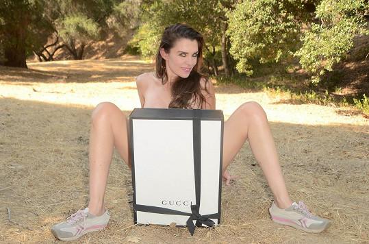 Alicia je zkušenou divačkou filmů pro dospělé.