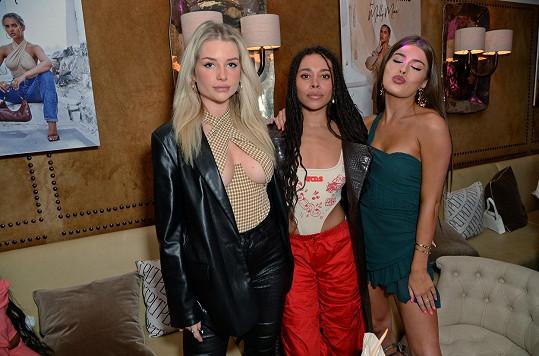 Na večírku značky Pretty Little Things s kamarádkami. Na pozadí snímku vidíte modelku ve stejném body, které v jejím podání není tak odvážné jako na Lottie.