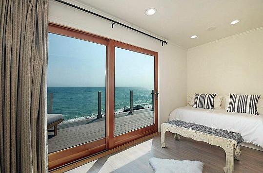Pokoje mají krásný výhled na moře.