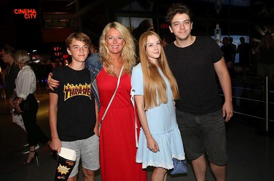 Lucie Benešová vyrazila do kina s rodinou. Vlevo syn Štěpán, vpravo Lucián s přítelkyní
