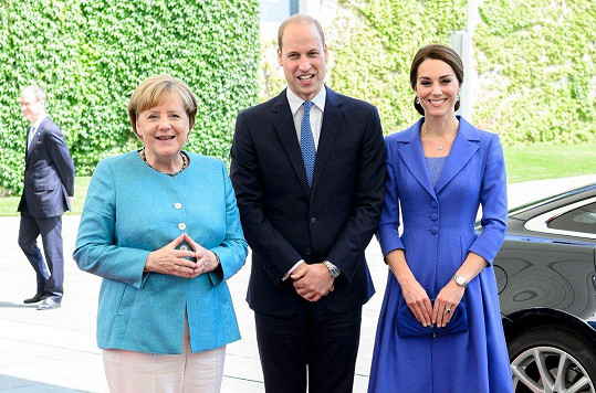 Modrý kabát měla Kate loni v létě na návštěvě Berlína. Na fotce s německou kancléřkou Angelou Merkel.