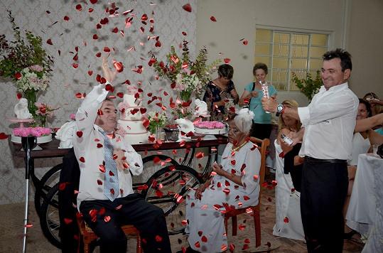 Ceremoniál připomínal spíš skutečnou svatbu.