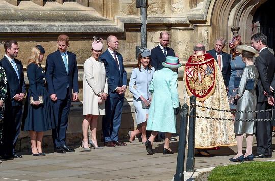 Královně přišla vzdát hold celá rodina.