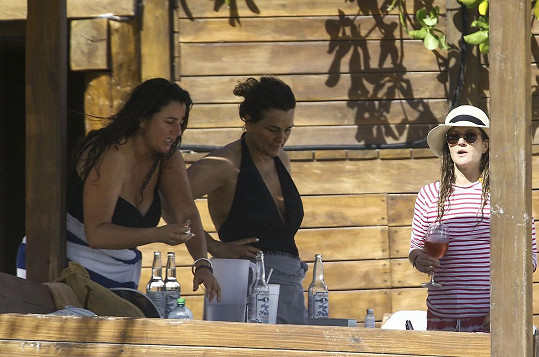 Herečka s kamarádkami v plážovém baru