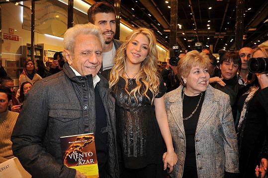 Shakira s rodiči Williamem a Nadiou a přítelem Gerardem.