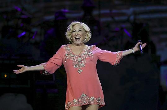 K písním ze šedesátek zvolila růžové mini.
