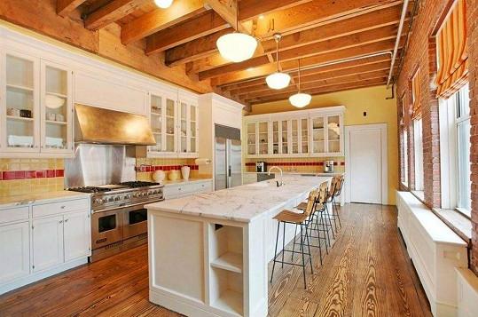 Plně vybavená kuchyně je předností celého bytu.