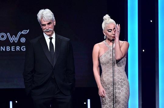 Lady Gaga a Sam Elliott vzdali hold Bradleymu Cooperovi, zpěvačka se neubránila slzám.