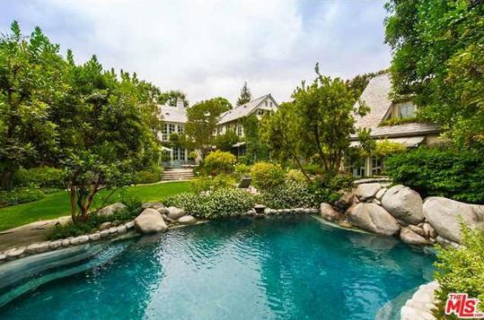 Bazén v přírodním stylu připomíná spíš jezírko.