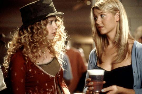 Natasha Lyonne s Tarou Reid jako Jessica a Vicky ve filmu Prci, prci, prcičky (1999)