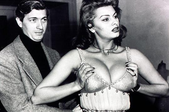 Sophia a její nepřehlédnutelný dekolt o rok později ve filmu Attila (1954)