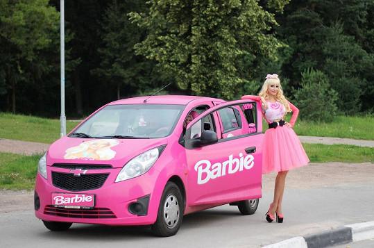 Ruska obráží dětské párty ve svém stylovém autíčku.