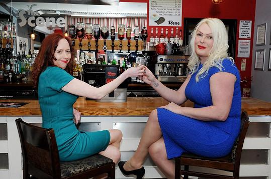 O víkendech chodí do barů, kde se poohlížejí po ideálním partnerovi.
