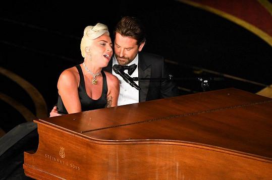 Během večera Lady Gaga zazpívala píseň Shallow s kolegou Bradleym Cooperem.