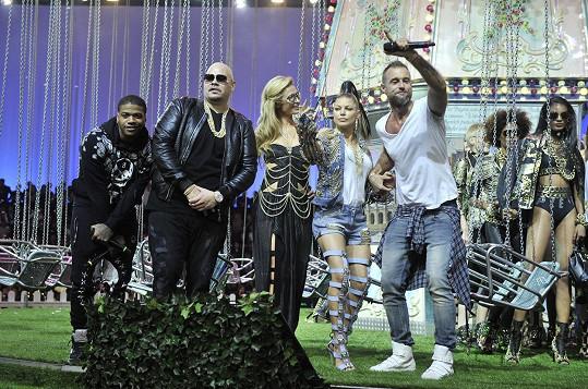 Součástí přehlídky bylo i hudební vystoupení s Fergie.
