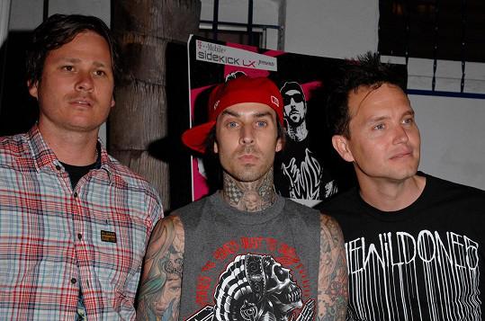 Mark (vpravo) s Travisem Barkerem (uprostřed) a bývalým členem Tomem Delongem