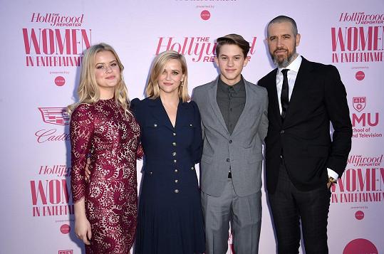 Reese Witherspoon s dcerou Avou (úplně vlevo), synem Deaconem a manželem Jimem Tothem. Nejmladší syn Tennessee (7) chyběl.